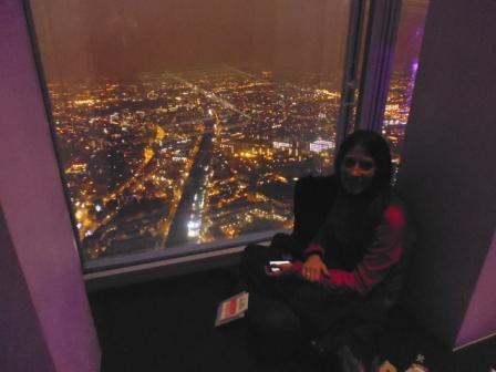 Lali disfrutando de la vista sentada al lado de la ventana del observador de The Shard