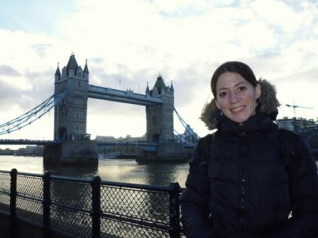 Lali y el Puente de la Torre de día. El puente tiene estilo victoriano neogótico.