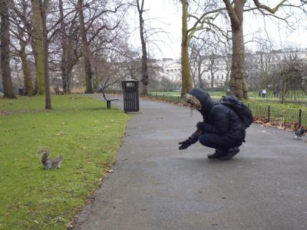 Lali dando de comer a ardillita en Regent's Park