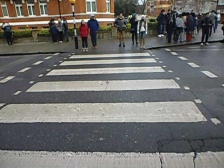 Cruce de la calle que figura en el álbum de los Beatles Abbey Road, donde gran cantidad de turistas se sacan la tradicional foto cruzando la calle