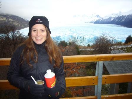 Santa Cruz - Calafate - Lali tomando mate y el Glaciar Perito Moreno
