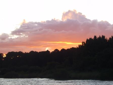 Atardecer en el río en Concordia, Entre Ríos.