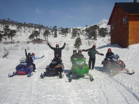 Lali recorriendo en moto de nieve con amigos en Caviahue. www.lololali.com