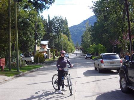Lali recorriendo en bicicleta San Martín de los Andes y alrededores. www.lololali.com