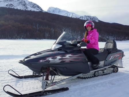 Tierra del Fuego - Ushuaia - Lali andando en moto de nieve