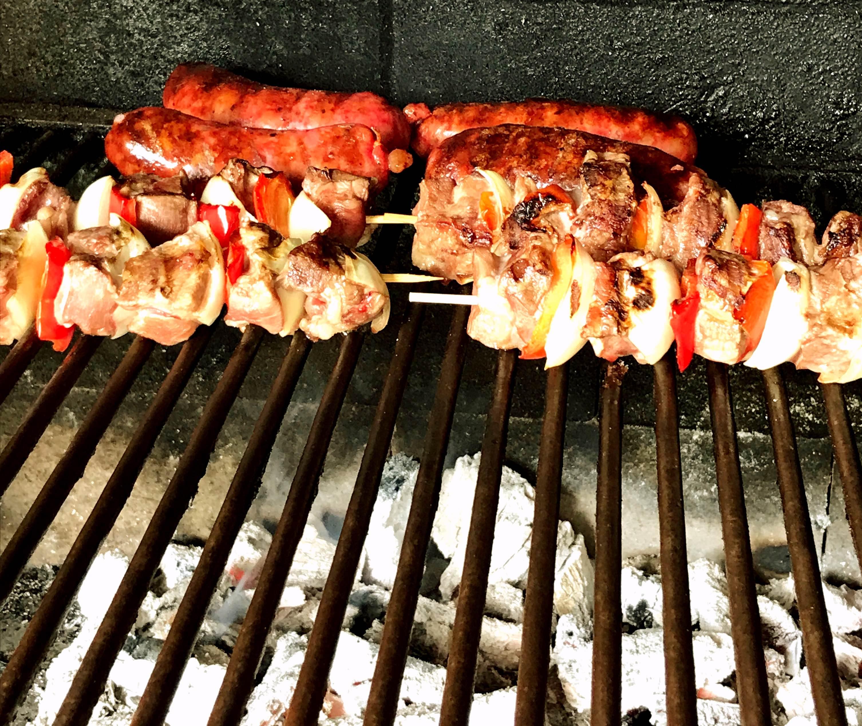 Brochetas (pinchos) de carne y chorizos