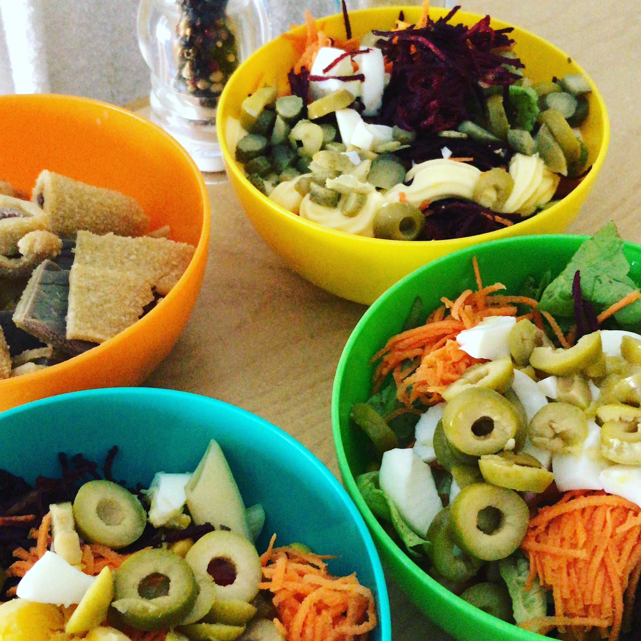 platos con ensalada para acompañar el asado