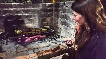 Lali se aventura a hacer su propio asado en La Rioja, Argentina