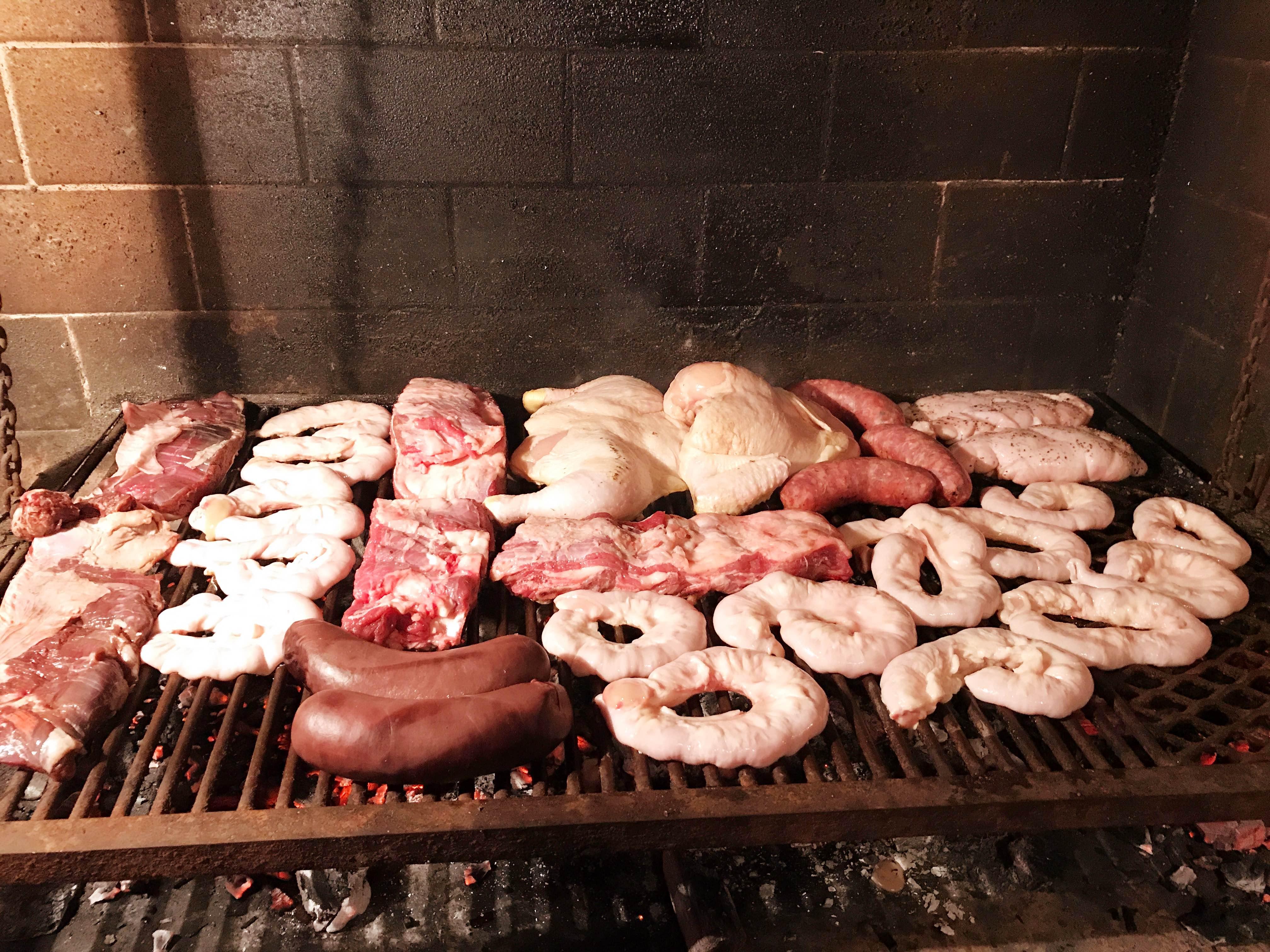 carne cruda de asado argentino sobre la parrilla