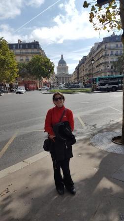 Lali en la calle Soufflot con el Panteón de fondo
