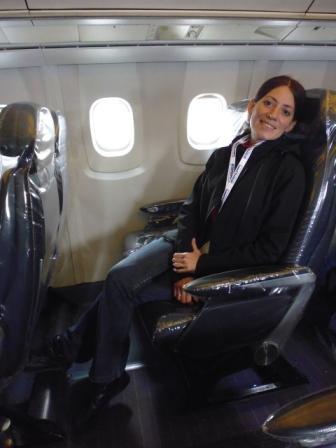 Lali sentada en un asiento del Concorde escuchando la visita guiada