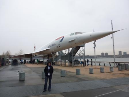 Lali al lado del Concorde