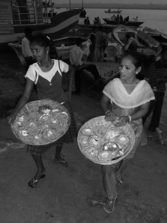 Chicas vendiendo velas con flores para entregar al río Ganges. www.lololali.com