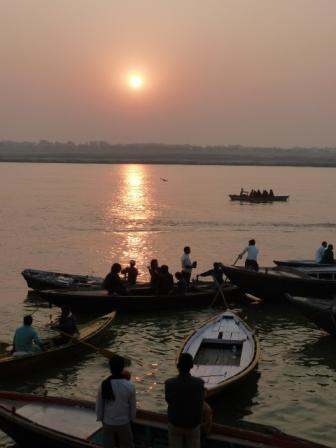 Amanecer en el río Ganges, Varanasi, India. www.lololali.com