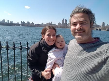 Con mamá y papá y el reservorio Jacqueline Kennedy Onassis de fondo. www.lololali.com