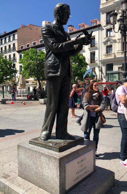Estatua de Federico García Lorca en la Plaza Santa Ana