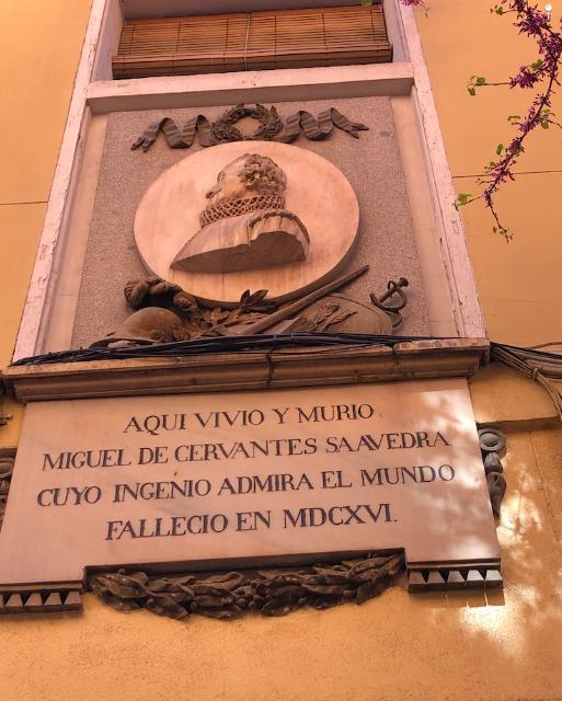 Placa que marca donde vivió este ilustre inquilino, Miguel de Cervantes