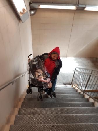 Papá subiéndome por las escaleras del subte en Nueva York. www.lololali.com
